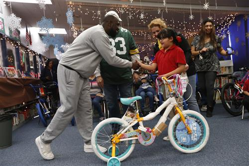 Video+Story: Stanton Elementary Students get New Bikes from Aaron Jones