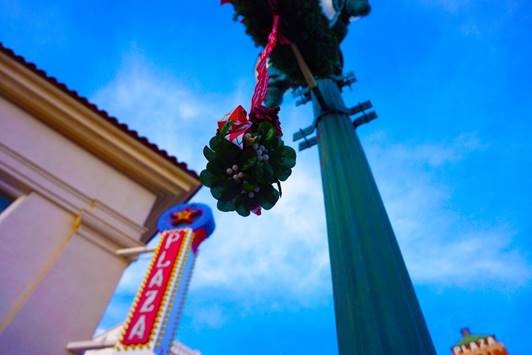 DMD Asking for Downtown Holiday Stories, Mistletoe Pics for Chance to Win Prizes
