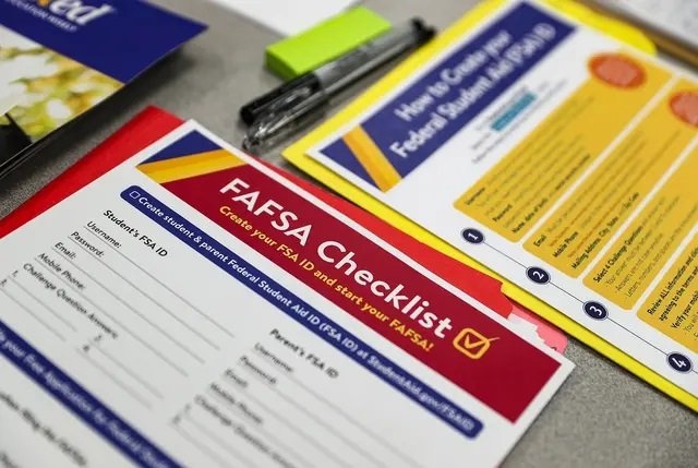 Texas higher education officials say fewer Texas high school seniors have completed federal financial aid forms than the same time last year. Credit: Jenna Watson/IndyStar via REUTERS