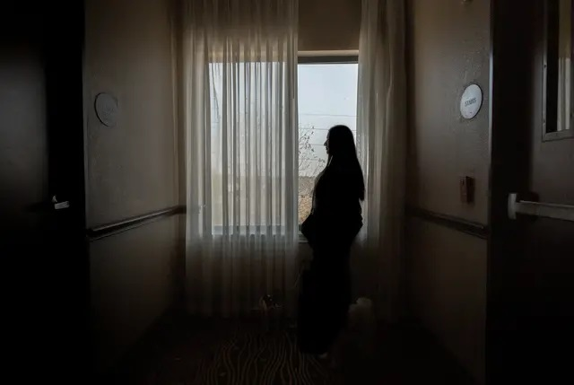 Lisa, an anonymous HPV patient living in a Houston hotel to escape domestic abuse, navigates the uncertainties of Planned Parenthood being withdrawn from Medicaid coverage. Credit: Briana Vargas for The Texas Tribune