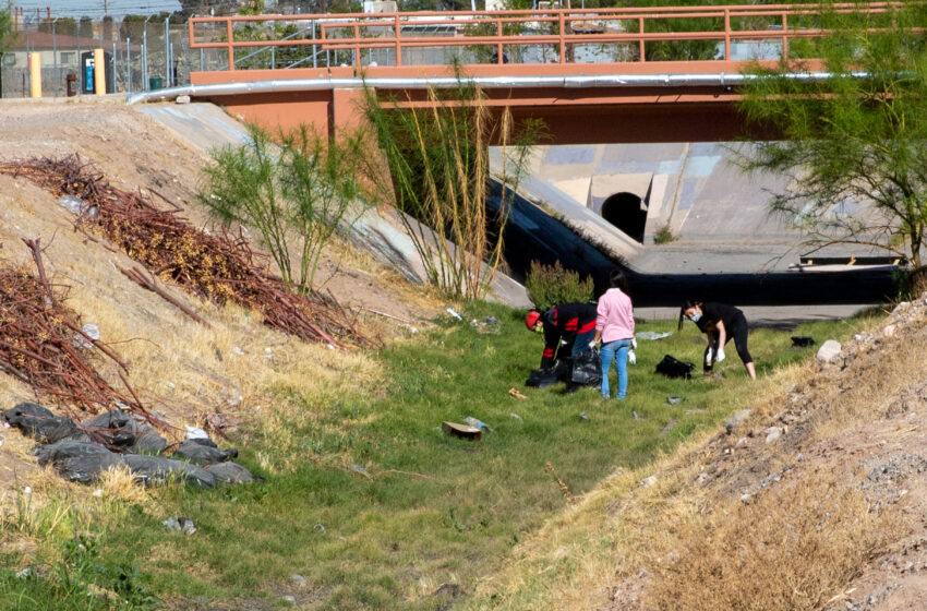 Gallery+Story: Residents gather to clean up Playa Drain Trail